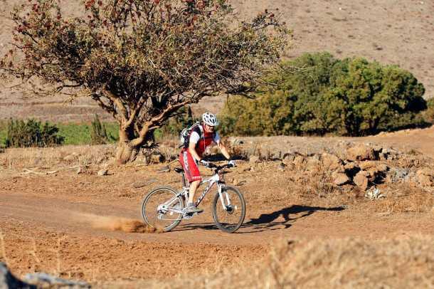 טיול אופניים רמת הגולן - על שבילי העפר הרחבים בדרך לקדמת צבי וליקב בזלת הגולן - בדרך נעבור בסינדיאנה. צילום: פז בר