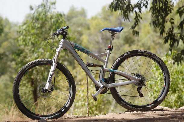 מבחן אופניים YETI SB95. גרסת 29 אינץ' של שלדת SWITCH מאירה עיניים ומעלה את הדופק. קיט RACE מאפשר קצב רכיבה מהיר מאד בסינגלים מסולעים. המחיר:22,000 שקלים. צילום: פז בר