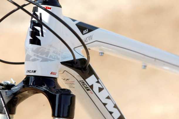מבחן אופניים ק.ט.מ LYCAN 653.  ראש היגוי חרוטי, ניתוב כבלים דרך השלדה וצינורות אלומיניום הירדופורם. דיבור של מוצר פרימיום. צילום: פז בר