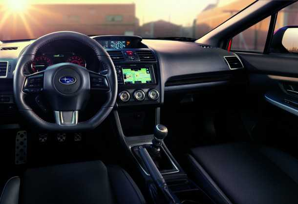 סובארו WRX חוזרת ב-2014. סביבת נהג מעודכנת ועם שלושה מסכי LCD. תיבה ידנית חדשה עם שישה הילוכים או לראשונה אוטומטית רציפה. צילום: סובארו