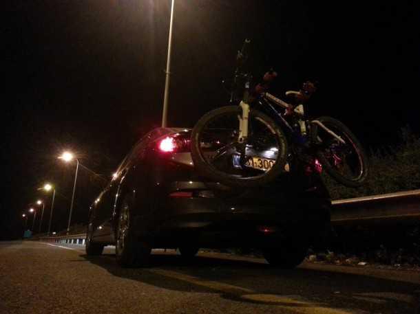 בייקמוביל מאזדה 3 החדשה. עם האופניים על הגב בתצורה הזו עלתה צריכת הדלק הממוצעת ב-10.6%. צילום:יצרן