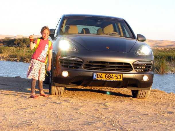 ילדה ג'ינג'ית קטנה מאשרת: פורשה קאיין מגניב! דור שני של רכב השטח המפואר מנסה לשמור מרחק מדודניו לקו ליצור: אודי Q7 ופולקסוואגן טוארג. צילום: רוני נאק