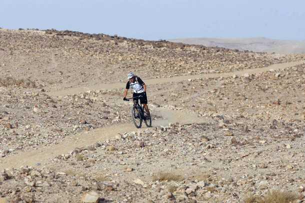 מבחן אופניים טרק סופרפליי FS8. מהירים במדבר. זה בדיוק המקום שלהם: שביל פתוח וקצב רכיבה מהיר. ההילוכים מתאימים מאד לסוג זה של רכיבת אופניים. צילום: פז בר