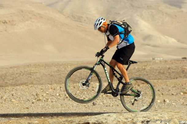 מבחן אופניים טרק סופרפליי FS8. כיול המתלים הבסיסי רך, ברכיבה אגרסיבית קיבלנו תוצאות מצויינות עם תוספת של כ-15% ללחץ האוויר. צילום: פז בר