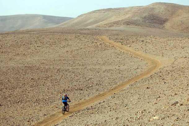 מבחן אופניים טרק סופרפליי FS8. צא אל המדבר נערי! בידיעה שתוכל לכסות קילומטרים בנוחות ומהירות וכי לא יהיו מכשולים שיעצרוך. צילום: פז בר