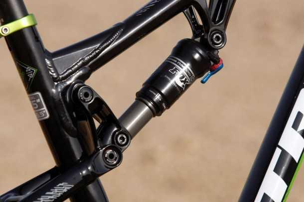 מבחן אופניים טרק סופרפליי FS8. הבולם של FOX מצויין, נדנדת המתלה מקארבון אבל ההלחמות של השלדה הטיוואנית לא מיישרים קו עם תחושת האיכות הכוללת. צילום: פז בר