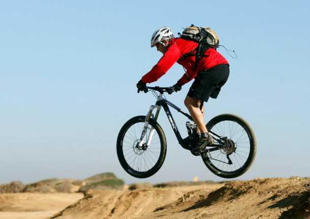 מבחן אופניים trek remedy 8. עפים רחוק ונוחתים ברכות. יכולת הספיגה של המתלים תגרום לך לזנק יותר ויותר גבוה. צילום: פז בר