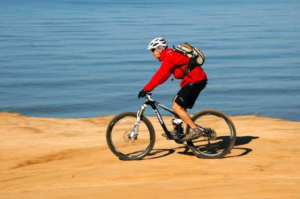 מבחן אופניים trek remedy 8. נוחות רכיבה טובה מאד בזכות מושב, ומתלים רכים. המשקל מורגש כמו גם ההתנגדות של הצמיגים השמנים. צילום: פז בר