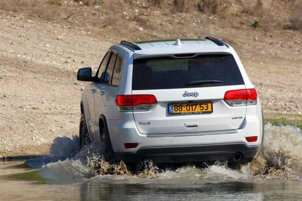 מבחן רכב ג'יפ גרנד צ'ירוקי חדש. פנסים אחוריים חדשים וגם שמשה גדולה יותר לשיפור שדה הראיה - גרסת לימטד מצויידת גם בחיישני חניה ומצלמה. צילום: פז בר