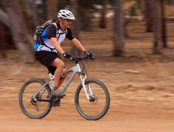 מבחן אופניים GHOST ASX4900. נוחים בשבילים הפתוחים, תנוחת רכיבה נעימה והיציבות הכיוונית נוסכת בטחון. צילום: רמי גלבוע