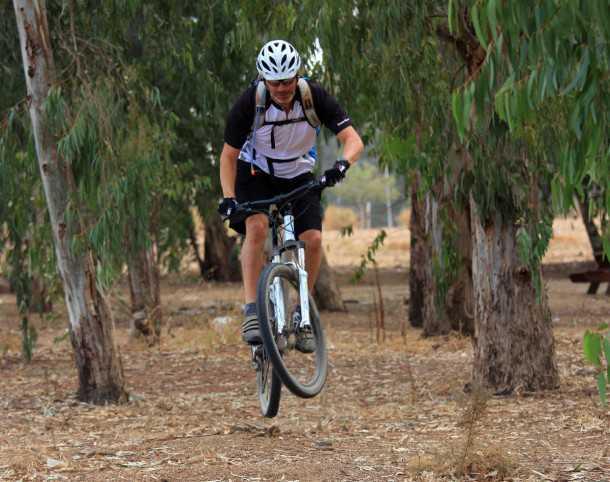 מבחן אופניים GHOST ASX4900. נסו לרכוב מהר בשבילים וסינגלים טכניים ומהר מאד תגלו את המגבלות של המתלים והמעצורים. צילום: רמי גלבוע