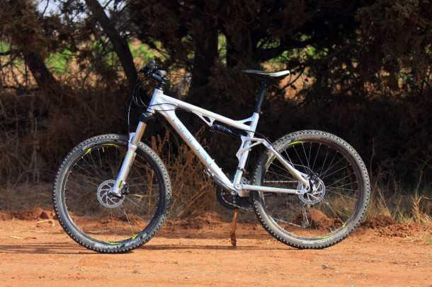 מבחן אופניים GHOST ASX4900. אופני כניסה עם שיכוך מלא. איבזור בסיסי אבל עשויים יפה ונוסכי בטחון לרוכבים מתחילים. המחיר: 5272 שקלים. צילום: רמי גלבוע