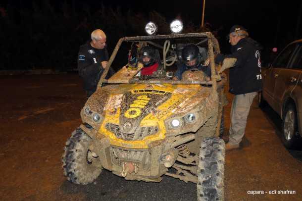 יובל שרון ונמרוד אופיר בתוך הקומנדר ובידיים של צוות רסטה4X4. צילום: עדי (כפרה) שפרן
