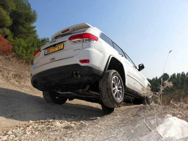 מבחן רכב ג'יפ גרנד צ'ירוקי חדש. מערכת ה-4X4 מצויינת יש LOW ובקרת משיכה יעילה המגבלה היא בעיקר המתלים הסטנדרטיים - פתרון קל קיים באפטרמרקט או מתלי אוויר מקוריים.  צילום: פז בר