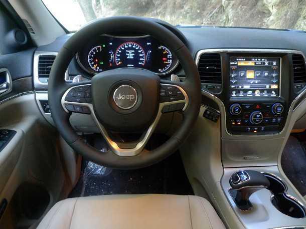 מבחן רכב ג'יפ גרנד צ'ירוקי חדש. מסך מגע ענקי למולטי מדיה כמו גם לוח מחוונים ווירטואלי בחלקו. גלגל ההגה חדש וגם מנוף ההילוכים. צילום: פז בר