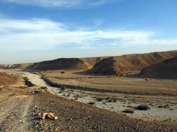 מסלול טיול שטח בחסות יונדאי - המפגש הדרמטי עם ערוץ נחל כרכום - תיכף נטפס את הצוקים שממול! צילום: פז בר