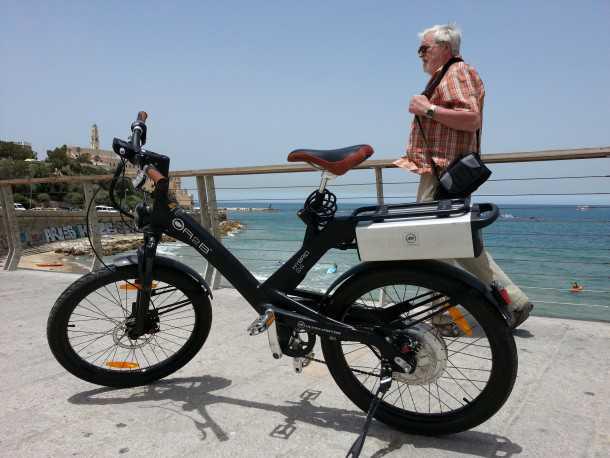 אופניים חשמליים הם כמו אופנוע - זה יהיה המצב אם יתקבלו הדרישות של אור ירוק - וזה אומר טסט, רישוי וביטוח. או סוף הענף הזה בישראל. צילום: רוני נאק