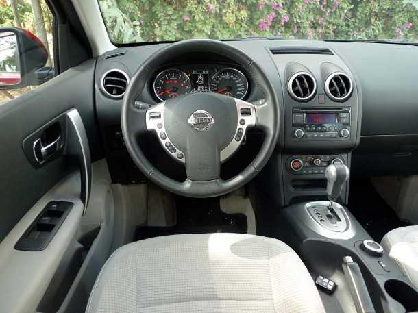 ניסאן קשקאי ואתם אוהבים אותו. תא הנהג מסגיר את הגיל של הדגם ולנו מזכיר כי המחליף כבר הוצג. צילום: פז בר