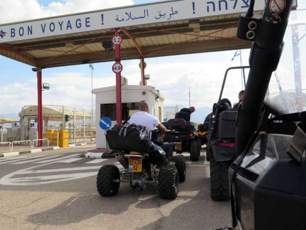 מסע לירדן עם מועדון שטח ופנאי של אבניר. עוברים את הגבול לירדן. צילום: רוני נאק