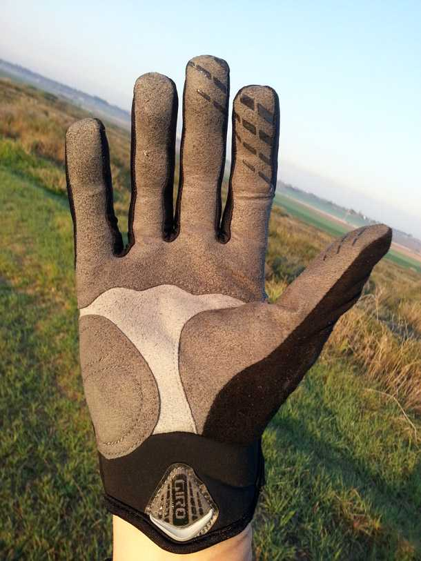 """כפפת חורף GIRO BLAZE - ריפוד רב-פנאלים בכף היד יבטיח התאמה צמודה - בכ""""ז קיבלתי יבלות... צילום: רוני נאק"""