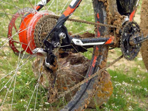 מבחן אופניים KTM e-RACE 29. העברת הכוח היא 30 הילוכים של שימאנו עם XT מאחור. מנוע פאנסוניק 47V שוכן כתום בנאבה האחורית. צילום: רוני נאק