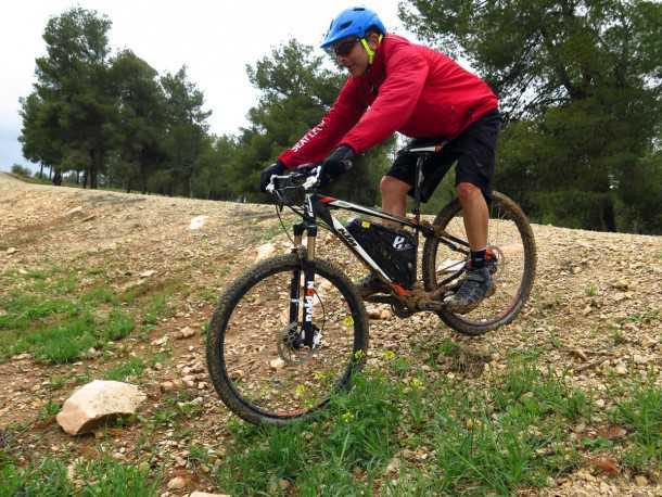 """מבחן אופניים KTM e-RACE 29. נצלו את המורדות כדי לטעון מחדש את הסוללה - ככל שהמורד תלול יותר כך תיהנו מיותר טעינה ומ""""בלימת מנוע"""" כתוצר לוואי חיובי. הטעינה מצליחה להאריך את הקילומטרים ברגעים קריטיים (כשאתה עייף...) צילום: רוני נאק"""