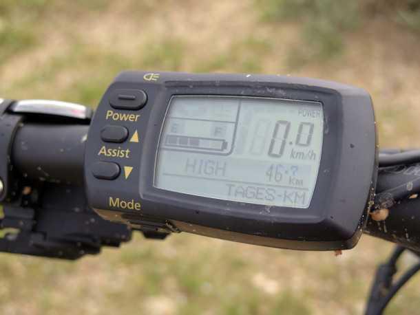 מבחן אופניים KTM e-RACE 29. מחשב הדרך מאפשר לבחור בין ארבעה מצבי תיגבור ושלושה מצבי טעינה, הוא גם יודע לחשב כמה קילומטרים נותרו לך, את מהירות הדיווש הממוצעת ועוד - עמיד במים וקל תפעול עם כפפות. צילום: רוני נאק