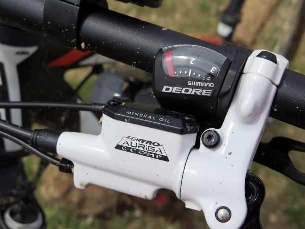 """מבחן אופניים KTM e-RACE 29. מעצורים הידראוליים של טקטרו מותאמים לאופניים חשמליים ומנתקים את ההנעה ברגע הבלימה. עם דיסקים בקוטר 180 מ""""מ ונשיכה איתנה אין להם בעיה להתמודד עם 22.5 ק""""מ של אופניים ועוד כ-80 של הרוכב. צילום: רוני נאק"""