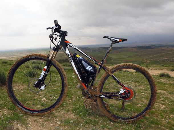 """מבחן אופניים KTM e-RACE 29. הסוללה במשולש השלדה - לא הכי אלגנטי אבל """"שקוף"""" בעת הרכיבה. השלדה יוצרה מתחילתה כדי לשמש אופניים חשמליים - ומחוזקת היכן שחשוב. צילום: רוני נאק"""