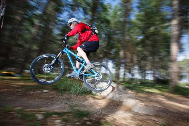 מבחן אופניים rocky mountain thunderbolt 750. גיאומטריה אגרסיבית ומתלים מצויינים מאפשרים לטוס בקצב מאד מהיר גם בסינגלים של בן שמן. צילום: תומר פדר