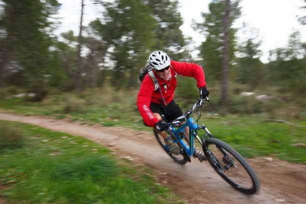 מבחן אופניים rocky mountain thunderbolt 750. ככל שתרכבו מהר יותר כך הת'נדרבולט יתגמלו אתכם יותר. ההיגוי מדוייק והעקיבה - עקבית. בלימה על במאפים לא הכי מושלמת. צילום: תומר פדר