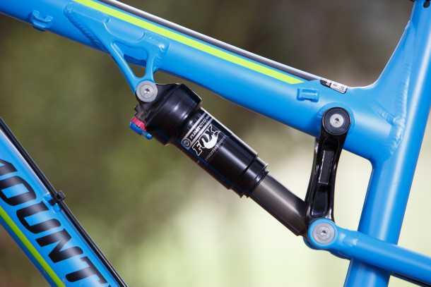 מבחן אופניים rocky mountain thunderbolt 750. למתלה האחורי אין מסבים את מקומם החליפה רוקי מאונטיין בתותבים. הטענה היא חסכון במשקל ועמידות טובה יותר בפיתול. צילום: תומר פדר