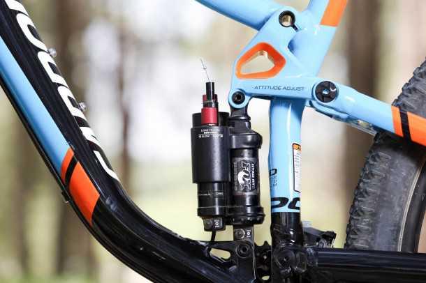 מבחן אופניים Cannondale Trigger 4. הלב של העסק הוא בולם ענקי של FOX שיוצר פיצול אישיות לאופניים. מעליו אפשר לראות את הציר המעובה של מערכת המתלה - בשם המלחמה בפיתול. צילום: תומר פדר