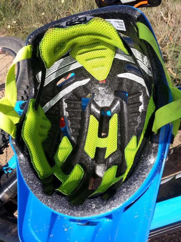 קסדת אופניים GIRO FEATURE. מערכת הרכיסה אוחזת וחובקת היטב את הראש. אפשר לראות את חריצי הרוחב הקטנים המתעלים זרימת אוויר סביב הגולגולת - מקסים. צילום: רוני נאק