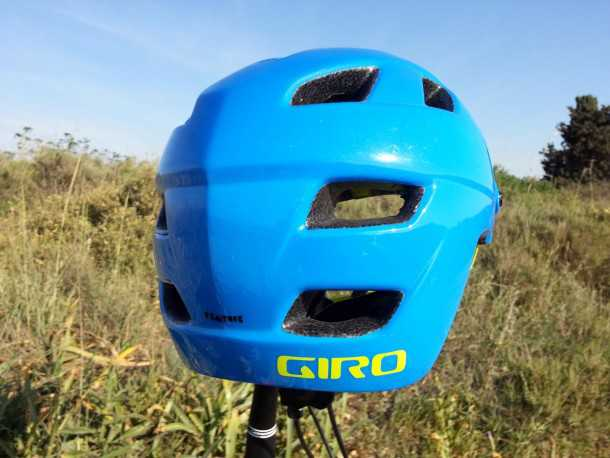 קסדת אופניים GIRO FEATURE. כיסוי מורחב לרוכב האנדורו המורעל. מדרגה לתמיכה ברצועת משקפי אבק ופני שטח המאפשרים הצמדה קלה של מצלמת אקסטרים. צילום: רוני נאק