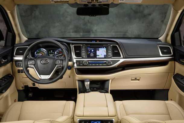 בקרוב יבוא מקביל של מכוניות טויוטה. בהן ג'יפ 7 מושבים טויוטה היילנדר (כאן צילום תא הנהג של היילנדר) וטנדר 4X4 טאקומה כפול-קבינה. צילום: טויוטה