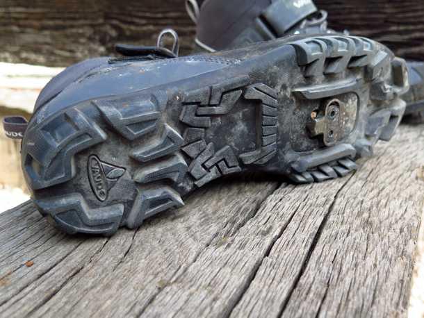 נעלי רכיבה VAUDE TRAIL HEAD. הסוליה קשה ומספקת אחיזה כמו נעל הרים איכותית. הנעל קשה ויציבה בעמידה ודיווש ממושכים. צילום: רוני נאק