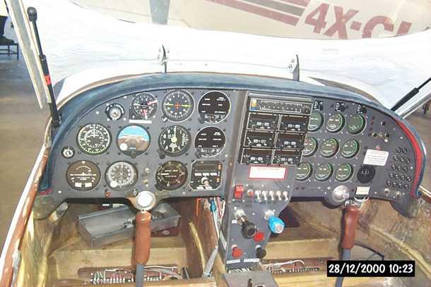 מטוס מבניה עצמית LANCAIR 360. קוקפיט עמוס וצפוף מאד. הסטיק הזה אלוהי במשוב ובתגובות שהוא מספק. הכי קרוב ללבוש כנפיים. צילום: בעלים