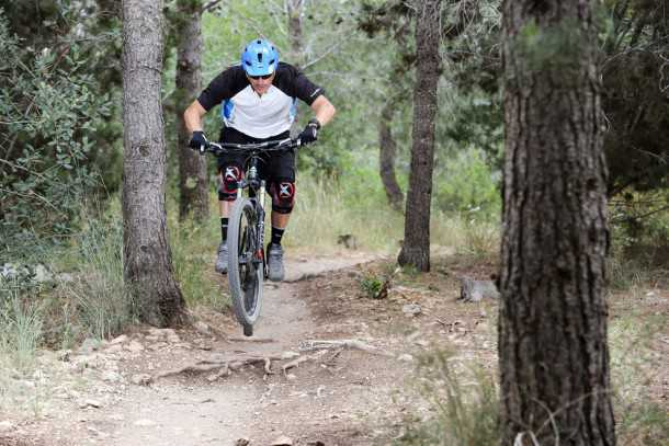 מבחן אופניים MERIDA One Forty 3-B. המתלים, השלדה המוצקה והבלמים הנהדרים (שימאנו SLX ICE) מאפשרים לטוס ביער בקצב מהיר מאד. תמוכות השרשרת מעט ארוכות לטעמי ומנואל דורש יותר מדי אנרגיה לביצוע. צילום: תומר פדר