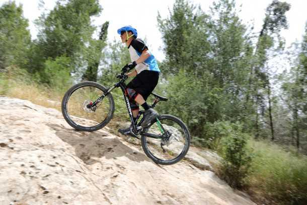 """מבחן אופניים MERIDA One Forty 3-B. המשקל עומד על כ-14.3 ק""""ג שמוסתרים יפה על ידי הדינאמיות של האופניים. מטפסים יפה וביעילות בזכות המתלה ויחסי העברה """"קצרים"""" בשימאנו SLX. צילום: תומר פדר"""