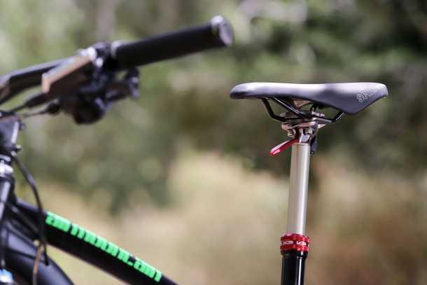מבחן אופניים MERIDA One Forty 3-B. מוט מושב הידראולי של KS הוא פריט סטנדרטי ואיכותי מאד. צילום: תומר פדר
