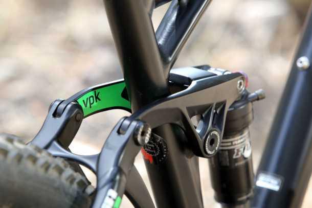 """מבחן אופניים MERIDA One Forty 3-B. מתלה אחורי VPK, מדמה פעוהל של זרוע ארוכה הרבה יותר, מפריד בין כוחות הדיווש, הבלימה והתליה. המהלך עומד על 145 מ""""מ. צילום: תומר פדר"""