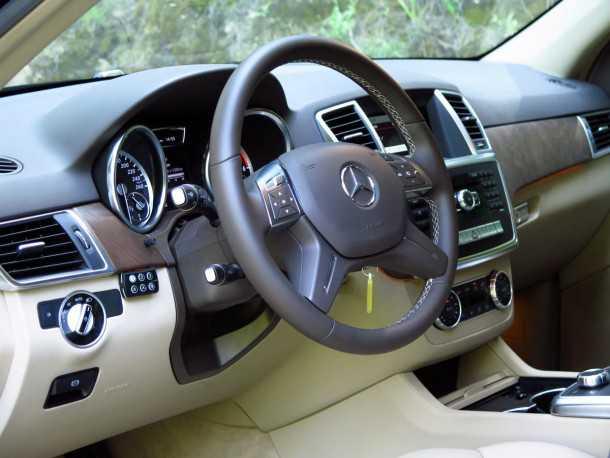 מבחן רכב מרצדס ML 350 BL. תא הנהג וסביבת הנוסעים מרשימה מאד עם תאורת אמביאנס, גימור עץ מאט ובעל קטסטורה עמוקה ועור איכותי על המושבים. צילום: רוני נאק