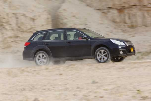 """מבחן רכב סובארו אאוטבק 2.5. מערכת ההנעה הכפולה מרשימה כרגיל. הורדת הכוח לקרקע מצויינת ובקרת המשיכה עירנית ויעילה מאד. למתלים משקל תרומה רבה הן לנוחות והן לאחיזה. המגבלה העיקרית בשטח הן זוויות מרכב מאד שטוחות. מרווח הגחון 21.3 ס""""מ. צילום: תומר פדר"""