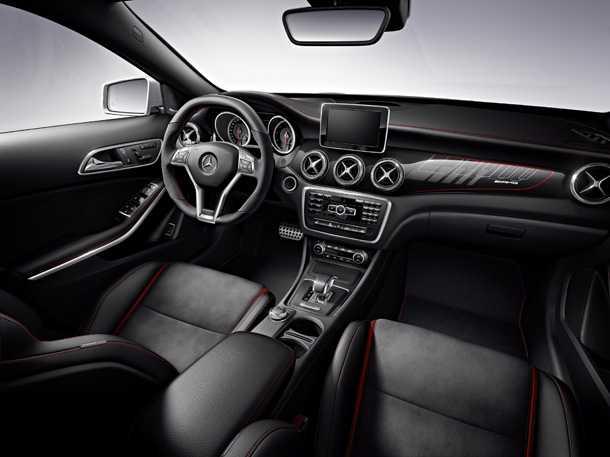 מרצדס GLA תחילת השיווק. תא הנהג של גרסת AMG לא נופל מאלו של הדגמים הגדולים של מרצדס - כולל את מערך הבטיחות הנרחב של היצרן. צילום: מרצדס