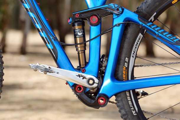 """מבחן אופניים Niner RIP9RDO. מתלה אחורי CVA עם נדנדות מתחת לציר המרכזי. יעיל מאד אבל משלם """"קנס"""" במרווח הגחון. המהלך 125 מ""""מ ובולם מצויין של FOX שולט בעניינים. צילום: תומר פדר"""