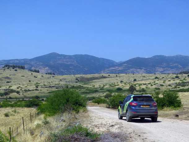 טיול שטח לרמת הגולן עם יונדאי IX35. החרמון ממלא את השמשה הקדמית ואנו בדרך למקדשים הרומיים בחרבת עומרית. צילום: רוני נאק