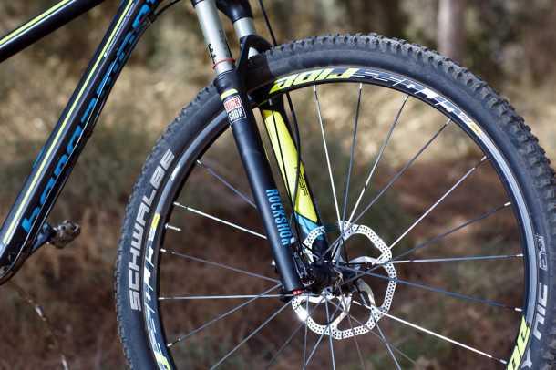"Bergamont contrail LTD. מזגל רוקשוק ריבה יעיל וקל משקל, דיסק מעצור בקוטר 180 מ""מ מספק עוצמת בלימה מצויינת. סט גלגלים של מאוויק תורמים המון לתחושת ה""פרימיום"" של האופניים מברגמונט. צילום: תומר פדר"