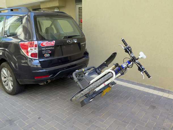 מנשא אופניים SARIS THELMA. מתחבר לתפוח, מאכלס שני אופניים ויודע לשכב כדי להנגיש את הבאגאז'. גם עם אופניים! צילום: רוני נאק