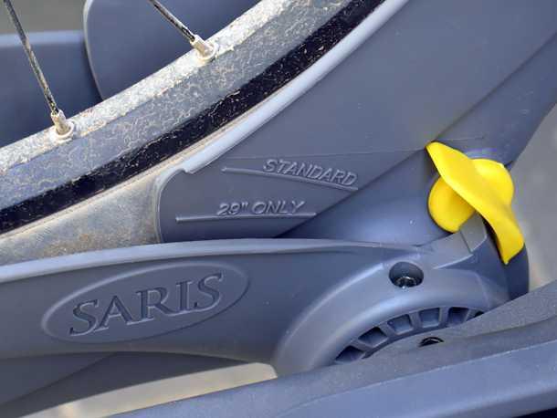 מנשא אופניים SARIS THELMA. מתאים למגוון רחב של מידות גלגלים - ולא אוחז בשלדה - משחרר אותך מפחד מעיכת הקרבון היקר. צילום: רוני נאק